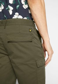 Lyle & Scott - Shorts - lichen green - 6
