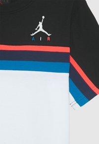Jordan - JUMPMAN SIDELINE TEE - Print T-shirt - white - 2
