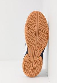 adidas Performance - SPEEDCOURT INDOOR SPORTS - Zapatillas de voleibol - footwear white/collegiate navy - 4