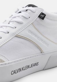 Calvin Klein Jeans - SKATE MID LACEUP MIX - Sneakers hoog - bright white - 5