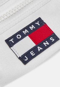 Tommy Jeans - HERITAGE BUMBAG UNISEX - Bum bag - white - 5
