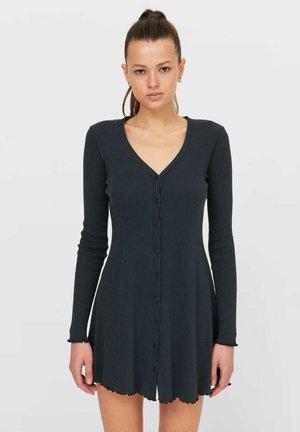MIT V AUSSCHNITT  - Robe pull - black