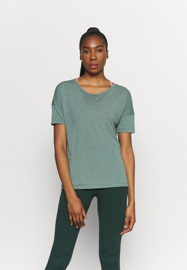 YOGA LAYER - Basic T-shirt - hasta heather/light pumice/dark teal green
