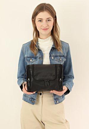 CHESTER - Kosmetická taška - black
