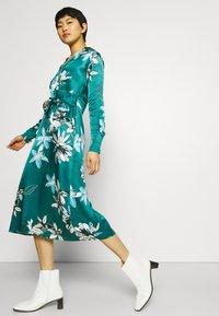 Marks & Spencer London - FLORAL WRAP DRESS - Korte jurk - green - 4