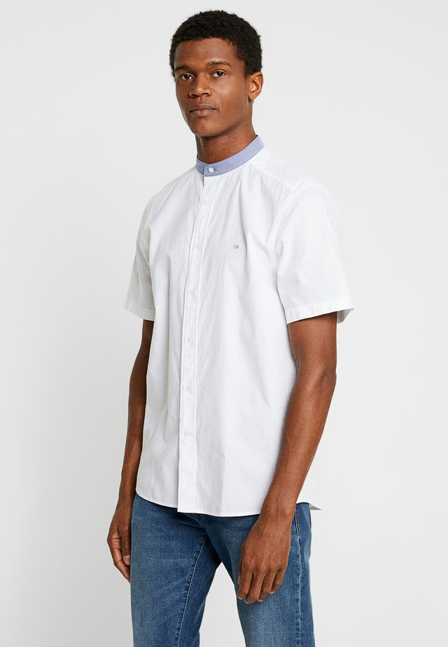 STAND COLLAR SHORT SLEEVE OXFORD - Shirt - white