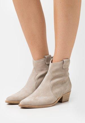 EVE - Cowboy/biker ankle boot - sabbia