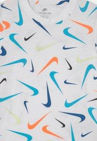 Nike Sportswear - PARADE - T-shirt con stampa - white - 2