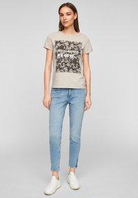QS by s.Oliver - MIT FRONTPRINT - Print T-shirt - beige - 1