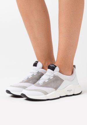 GERARDA - Sneakers laag - weiß