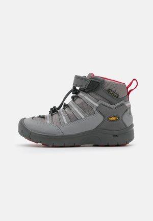 HIKEPORT 2 SPORT MID WP UNISEX - Chaussures de marche - magnet/chili pepper