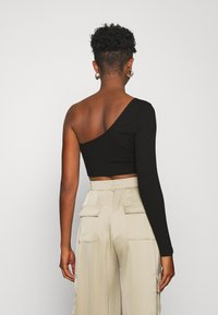 Glamorous - CROP ASYMMETRIC ONE SLEEVE 2 PACK - Long sleeved top - black / forest green - 2