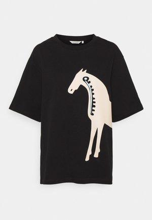 HELMIHOPEA MUSTA TAMMA - Print T-shirt - black, light beige, light blue