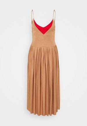 BRA DETAIL DRESS - Sukienka z dżerseju - nude/red