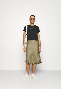 Calvin Klein Jeans - TONAL MONOGRAM TEE - Camiseta estampada - black - 1