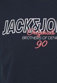 Jack & Jones - JORBOOSTER TEE  - Print T-shirt - navy blazer - 2