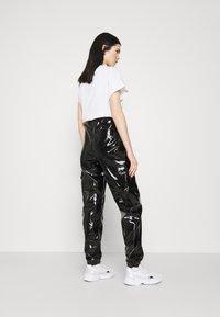 Karl Kani - SIGNATURE GLOSSY PANTS - Pantalon classique - black - 2