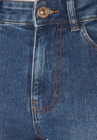 PIECES Tall - PCPEGGY  - Flared Jeans - medium blue denim - 2