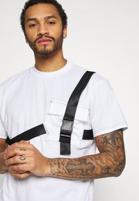 The Ragged Priest - TEE WITH STRAPPED PLUG DETAIL - Print T-shirt - white - 4