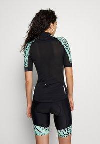 ONLY PLAY Tall - PERFORMANCE BIKE TALL - Camiseta estampada - black/green ash - 2