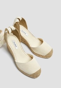 PULL&BEAR - KEILABSATZSCHUHE MIT BEIGER SCHLEIFE 11511540 - Sandalen met sleehak - beige - 3