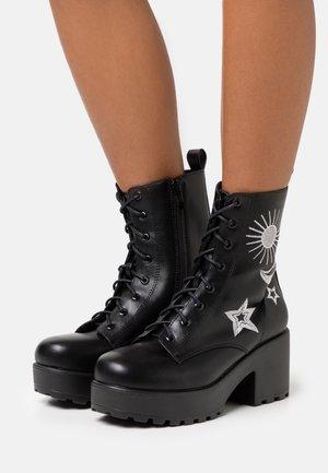VEGAN  - Kotníkové boty na platformě - black/silver