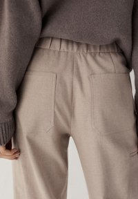 Massimo Dutti - MIT DETAIL AM SAUM - Trousers - beige - 2