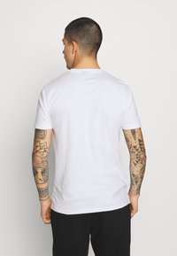Ellesse - ALTERZI - T-shirt z nadrukiem - white - 2