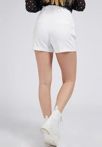 Guess - NEW SUZY - Shorts - weiß - 2