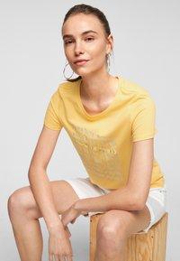 s.Oliver - MIT SOMMERLICHEM DRUCK - Print T-shirt - sunset yellow statement print - 5
