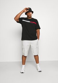 Tommy Hilfiger - GLOBAL STRIPE CHEST TEE - T-shirt med print - black - 1