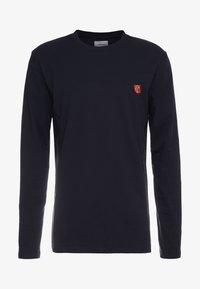 Tonsure - DAVID - Langærmede T-shirts - dark navy/orange teddy - 3
