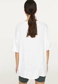 OYSHO - BASIC SHORT-SLEEVED T-SHIRT - T-shirt basique - white - 2
