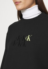 Calvin Klein Jeans - MONOGRAM CROPPED - Sweatshirt - black - 4