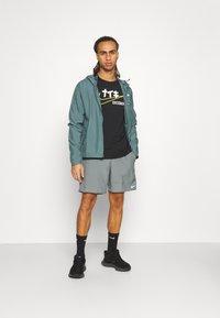 Nike Performance - SPHERE ELEMENT CREW EKIDEN - Sweatshirts - black/cyber - 1