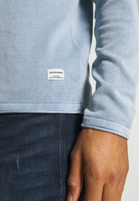 Jack & Jones - JJELEO  - Svetr - faded denim - 5