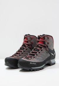 Salewa - MTN TRAINER MID GTX - Mountain shoes - charcoal/papavero - 2