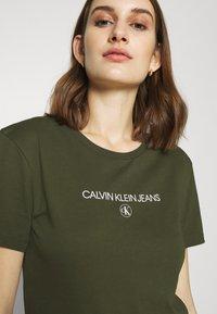 Calvin Klein Jeans - ROUND TEE - Print T-shirt - deep depths - 5