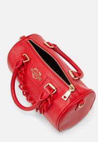 Love Moschino - TOP HANDLE CROC BAGUETTE CROSSBODY WITH TONAL CHAIN - Handbag - rosso - 3