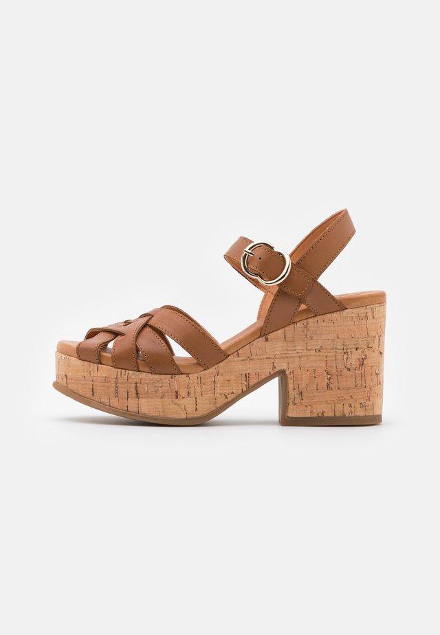 Sandály na platformě - alfa/tabaco