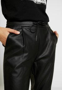 Vero Moda - VMEVA LOOSE STRING COATED PANT - Bukse - black - 5
