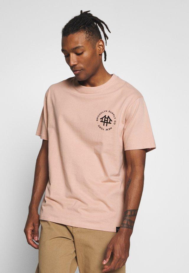 LOGO TEE - T-shirt med print - pink