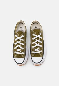 Converse - RUN STAR HIKE UNISEX - Zapatillas - dark moss/white