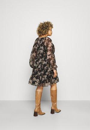 VMFRIDA V NECK DRESS - Denní šaty - black