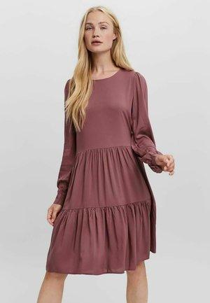 LOCKER GESCHNITTENES - Vestido de punto - rose brown