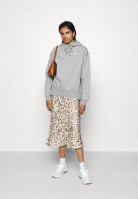 Nike Sportswear - HOODIE TREND - Felpa con cappuccio - dark grey heather/matte silver/white - 1