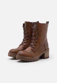 Mustang - Kotníkové boty na platformě - cognac - 1