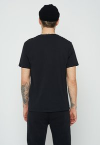 Levi's® - GRAPHIC CREWNECK TEE UNISEX - Print T-shirt - blacks - 2