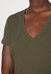 Madewell - WHISPER V NECK TEE - Basic T-shirt - foliage green - 4