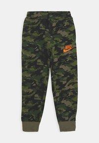 Nike Sportswear - CRAYON CAMO - Tracksuit bottoms - medium olive/camelia - 0
